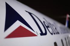Самолет Delta в аэропорту имени Джона Кеннеди в Нью-Йорке. 25 декабря 2009 года. Американская авиакомпания Delta Air Lines Inc сообщила в среду о 85-процентном росте прибыли во втором квартале, выше ожиданий рынка, однако прогнозирует падение выручки от перевозок в третьем квартале из-за ослабления спроса за рубежом, вызванного укреплением доллара США. REUTERS/Lucas Jackson