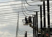 Unos trabajadores reparan unas líneas de alta tensión en Betzdorf, Alemania, jun 5 2012. La debilidad del euro y los menores precios de la energía están apoyando a la economía alemana, dando espacio a Berlín para mejorar el crecimiento a mediano plazo y reducir los desequilibrios externos, dijo el Fondo Monetario Internacional (FMI) el miércoles. REUTERS/Ina Fassbender