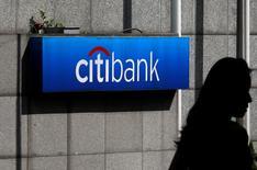 Citigroup, troisième banque américaine par l'actif, a publié jeudi son bénéfice trimestriel le plus élevé en huit ans, ses efforts de restructuration et de réduction des coûts ayant porté leurs fruits, parallèlement à une chute des frais juridiques. Le bénéfice net de Citigroup a bondi à 4,85 milliards de dollars, ou 1,51 dollar par action, au deuxième trimestre. /Photo d'archives/REUTERS/Bobby Yip
