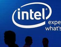 Sombras de personas junto al logo de Intel, en una exhibición en Taipéi, Taiwán, 3 de junio de 2015. Intel Corp reportó el miércoles ganancias e ingresos trimestrales mayores a los esperados gracias a que el crecimiento de sus negocios de centros de datos e internet de las cosas le ayudó a contrarrestar la débil demanda de computadoras personales que usan los microchips de la compañía. REUTERS/Pichi Chuan