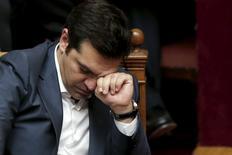 El primer ministro griego, Alexis Tsipras, durante una sesión parlamentaria en Atenas, Grecia, 16 de julio de 2015. Europa se aprestaba el jueves a reabrir el financiamiento a la atribulada economía de Grecia, horas después de que un dividido Parlamento griego aprobó un severo programa de rescate en una votación que dejó al gobierno sin mayoría y frente a la posibilidad de elecciones anticipadas en los próximos meses. REUTERS/Alkis Konstantinidis
