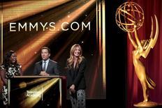 Atrizes Uzo Aduba e Cat Deeley com o CEO da Academia de Televisão Bruce Rosenbaum durante indicação para prêmios Emmy.   16/7/2015.  REUTERS/Jonathan Alcorn