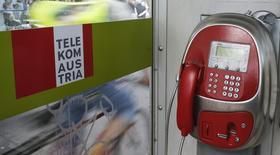 Una cabina telefónica de Telekom Austria en Viena, mayo 8 2014. Telekom Austria recortó el jueves su pronóstico de ingresos para el año completo debido a un desempeño más débil de lo esperado en la zona sur y este de Europa. REUTERS/Leonhard Foeger