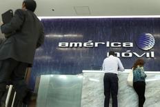 La recepción de América Móvil en su edificio corporativo en Ciudad de México, feb 13 2013. La gigante de telecomunicaciones mexicana América Móvil, del magnate Carlos Slim, realizará inversiones por 6,000 millones de dólares en los próximos tres años, dijo el jueves su director general, Daniel Hajj. REUTERS/Edgard Garrido
