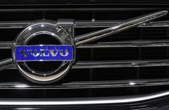 Эмблема Volvo на решетке радиатора автомобиля, выставленного на автосалоне в Брюсселе. 22 января 2015 года. Производитель грузовиков Volvo сообщил в пятницу о превысившем прогнозы росте прибыли во втором квартале и о том, что сокращение расходов, направленное на поддержку прибыльности, идет своим ходом. REUTERS/Yves Herman