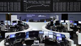 Las bolsas europeas subían a primera hora del viernes tras una serie de resultados empresariales positivos, ampliando el avance de la víspera al disminuir el temor sobre Grecia. En la foto, operadores en la Bolsa de Fráncfort el 16 de julio de 2015.  REUTERS/Remote/Staff