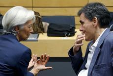 """La directora gerente del FMI, Christine Lagarde, dijo el viernes que el Fondo estaba dispuesto a participar en lo que ella denominó un paquete """"completo"""" para poner la economía griega de nuevo en pie, hacer su deuda sostenible y permitir al país volver a obtener sus fondos de los mercados financieros. En la imagen, Lagarde habla con el ministro griego de finanzas Euclid Tsakalotos (dcha) en Bruselas, 12 julio 2015. REUTERS/Francois Lenoir"""