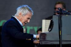Burt Bacharach performs on the Pyramid stage at Worthy Farm in Somerset during the Glastonbury Festival in Britain, June 27, 2015.  REUTERS/Dylan Martinez