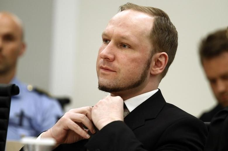 Norwegian mass killer Anders Behring Breivik adjusts his tie as the Oslo Court delivered the verdict of his trial in Oslo Courthouse August 24, 2012.  REUTERS/Heiko Junge/NTB Scanpix/Pool
