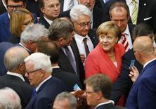 La canciller alemana, Angela Merkel, se prepara para votar durante la sesión del parlamento alemán, en Berlín, Alemania, 17 de julio de 2015. Los legisladores alemanes dieron luz verde el viernes para que la zona euro negocie un tercer rescate para Grecia, tomando nota de una advertencia de la canciller Angela Merkel de que la alternativa a un acuerdo con Atenas era el caos. REUTERS/Axel Schmidt
