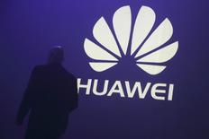 Le géant chinois des équipements de télécommunications Huawei Technologies a annoncé lundi une hausse de 30% de son chiffre d'affaires au premier semestre 2015, à 175,9 milliards de yuans (26,2 milliards d'euros), en promettant une croissance robuste sur l'ensemble de l'année. /Photo d'archives/REUTERS/Philippe Wojazer