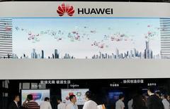 Люди на стенде Huawei на выставке в Пекине 19 сентября 2012 года. Выручка Huawei Technologies Co Ltd, одного из крупнейших в мире поставщиков телекоммуникационного оборудования, увеличилась на 30 процентов в первом полугодии до 175,9 миллиарда юаней ($28,3 миллиарда). REUTERS/China Daily