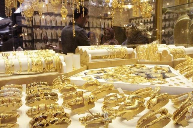 Gold jewellery is seen displayed for sale at a shop in a gold market in Basra, southeast of Baghdad February 14, 2015.  REUTERS/ Essam Al-Sudani/Files