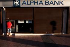 Homem sacando dinheiro em Atenas, na Grécia.    19/07/2015  REUTERS/Yiannis Kourtoglou
