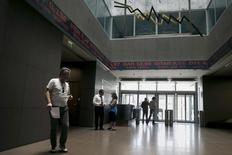 Personas caminando en la Bolsa de Atenas, 12 de junio de 2015. La bolsa de Atenas no operará el lunes, extendiendo un receso de tres semanas impuesto el mes pasado junto con un feriado bancario tras un colapso en las negociaciones de rescate entre Grecia y sus acreedores. REUTERS/Alkis Konstantinidis