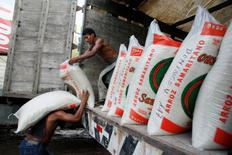 Unos estibadores descargan sacos de arroz en el puerto de La Boca en Yurimaguas, Perú, jun 9 2009. Perú perdió el lunes una apelación en una disputa comercial sobre sus aranceles a importaciones de productos agrícolas, en un caso presentado hace dos años por Guatemala ante la Organización Mundial del Comercio (OMC). REUTERS/Enrique Castro-Mendivil