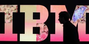 Мужчина у логотипа IBM на выставке  CeBIT в Ганновере. 27 февраля 2011 года. Выручка International Business Machines Corp снизилась 13-й квартал подряд и не дотянула до консенсус-прогноза на фоне продолжающейся реорганизации бизнеса и укрепления доллара. REUTERS/Tobias Schwarz