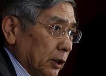 El gobernador de Banco de Japón, Haruhiko Kuroda, en una rueda de prensa en la sede del organismo en Tokio, jul 15 2015. El gobernador de Banco de Japón, Haruhiko Kuroda, dijo el martes que espera que la inflación del país se acelere considerablemente en los próximos meses. REUTERS/Yuya Shino