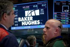Operadores en el puesto de Baker Huges en la bolsa de Wall Street en Nueva York, nov 17 2014. Los ingresos trimestrales del proveedor de servicios petroleros Baker Hughes cayeron menos de lo esperado, debido a que más productores de petróleo de esquisto en América del Norte retomaron los trabajos en pozos que habían postergado por la caída de los precios del crudo. REUTERS/Brendan McDermid