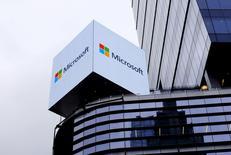 Un anuncio de Microsoft es visto en la calle 42 en Manhattan, Nueva York, el 15 de julio de 2015. Microsoft Corp reportó el martes una pérdida trimestral neta de 3.200 millones de dólares, golpeada por cargos relativos a su negocio de telefonía de Nokia y a despidos de personal, y por la débil demanda de su sistema operativo Windows. REUTERS/Rickey Rogers