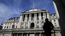 Un peatón mira el edificio del Banco de Inglaterra, en Londres, 5 de marzo de 2015. Los funcionarios del Banco de Inglaterra votaron de forma unánime para mantener las tasas de interés sin cambios a principios de este mes, pero hubo señales de que varios de ellos se están acercando a presionar por su primer alza desde antes de la crisis financiera. REUTERS/Suzanne Plunkett