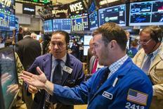 Operadores trabajando en la Bolsa de Nueva York, 21 de julio de 2015. Las acciones cayeron el martes en la bolsa de Nueva York después de que resultados de IBM y United Technologies enfriaron el optimismo inicial por la temporada de reportes trimestrales, y luego de que bajas en los papeles de firmas tecnológicas tras el cierre del mercado sugirieron que las pérdidas continuarían el miércoles. REUTERS/Lucas Jackson