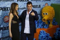 """Ator Adam Sandler e sua mulher Jackie na pré-estreia do filme """"Pixels"""", em Nova York, nos Estados Unidos. 18/07/2015 REUTERS/Eduardo Munoz"""