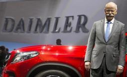 El presidente de Daimler, Dieter Zetsche, posa para los medios antes de la reunión anual de accionistas de la compañía, en Berlín, 1 de abril de 2015. La ganancia operativa de Daimler saltó un 54 por ciento en el segundo trimestre a un máximo histórico luego de que las ventas de camiones y los lanzamiento de nuevos modelos de autos de lujo le ayudaron a contrarrestar una desaceleración en China. REUTERS/Hannibal Hanschke/Files