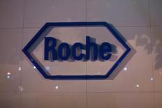 El logo de Roche es visto en la sede de Roche Pharmaceutical Co. Ltd. en Shanghái, el 22 de mayo de 2014. La farmacéutica suiza Roche reportó el jueves un aumento interanual de un 3 por ciento en sus ventas del primer semestre, ligeramente mejor que lo esperado, luego de que la demanda de sus medicamentos oncológicos ayudó a compensar la fortaleza del franco suizo. REUTERS/Aly Song