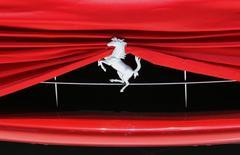 Логотип на автомобиле Ferrari на автосалоне в Женеве 1 марта 2010 года. Fiat Chrysler Automobiles N.V. (FCA) объявил о том, что его дочерняя компания Ferrari N.V. подала заявку на IPO на NYSE. REUTERS/Denis Balibouse