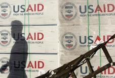 Коробки с логотипом Американского агентства по международному развитию USAID в Маниле 13 ноября 2013 года. Американское агентство по международному развитию USAID утратит привилегированное положение в Киргизии, сообщил ее МИД, раскручивая маховик спора с Вашингтоном из-за награды, которой тот удостоил отправленного за решетку пожизненно киргизского диссидента. REUTERS/Cheryl Ravelo