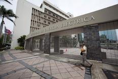 Un hombre camina junto al edificio de la Autoridad de Energía Eléctrica (AEE), en San Juan, Puerto Rico, 30 de junio de 2015. Los tenedores de bonos de la Autoridad de Energía Eléctrica (AEE) de Puerto Rico ofrecieron refinanciar sus 8.000 millones de dólares en deuda mediante su división en dos clases de bonos, una maniobra que dicen ahorraría a la AEE 2.500 millones de dólares en costos de financiamiento hasta el 2025, según un resumen de la propuesta hecha pública el jueves. REUTERS/Alvin Baez-Hernandez