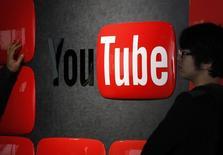 Visitantes em frente ao logo do YouTube no YouTube Space, em Tóquio. 14/02/2013 REUTERS/Shohei Miyano