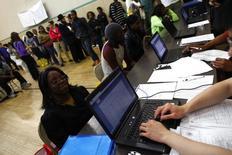 Люди на бирже труда в Нью-Йорке 4 июня 2012 года. Число американцев, впервые обратившихся за пособием по безработице, на прошлой неделе упало до небывалого за 41 с половиной год показателя, подтвердив устойчивость роста числа рабочих мест, несмотря на замедление в июне. REUTERS/Eric Thayer