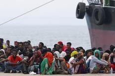 Imigrantes desembarcam em porto de Augusta, na Sicília. 23/7/2015.  REUTERS/Antonio Parrinello