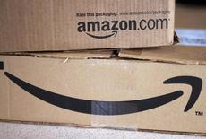 Коробки. доставленные Amazon в Голдене, Колорадо 27 августа 2014 года. Акции Amazon.com Inc взлетели более чем на 17 процентов в четверг после того, как онлайн-ритейлер отчитался о неожиданной квартальной прибыли, и его капитализация превысила стоимость Wal-Mart Stores Inc, крупнейшей торговой сети в мире. REUTERS/Rick Wilking