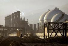Вид на нефтехимический комплекс в Ассалуйе, Иран 28 мая 2006 года. Иран в ближайшие три месяца ждет от ООН и мировых держав шагов в направлении снятия санкций в рамках ядерной сделки, сообщил в пятницу министр индустрии Мохаммедреза Нематзадех. REUTERS/Morteza Nikoubazl