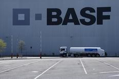 Un camión junto al almacén de la compañía de químicos alemana BASF, en Ludwigshafen, 23 de abril de 2015. BASF, la empresa de productos químicos más grande del mundo por ventas, reportó el viernes un alza de un 2 por ciento en su ganancia operativa del segundo trimestre, luego de que la demanda por plásticos especiales para la industria automotriz y de la construcción contrarrestó unas ganancias más débiles en sus negocios de petróleo y gas. REUTERS/Ralph Orlowski