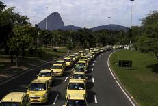 Taxis parados no Aterro do Flamengo em protesto contra o Uber. 24/07/2015 REUTERS/Ricardo Moraes