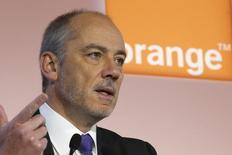 Orange annoncera début 2016 l'ouverture d'une banque en France en partenariat avec un acteur du secteur, déclare son PDG Stéphane Richard dans une interview au Figaro. /Photo d'archives/REUTERS/Charles Platiau