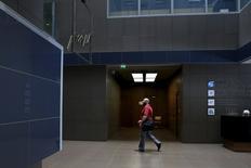 La Grèce se prépare à rouvrir la Bourse d'Athènes après un mois de fermeture et à autoriser les investisseurs internationaux à sortir du pays le produit de la vente d'actions grecques. /Photo prise le 29 juin 2015/REUTERS/Alkis Konstantinidis