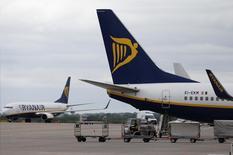 Ryanair relève son objectif de passagers transportés pour l'ensemble de l'exercice clos fin mars 2016. /Photo prise le 26 mai 2015/REUTERS/Andrew Yates