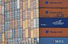 La confianza de los empresarios alemanes mejoró en julio tras dos meses de caídas, según mostró el lunes un sondeo, ya que el acuerdo entre Grecia y sus acreedores para negociar un tercer rescate mejoró el ánimo en las empresas de la mayor economía europea. En la image, contenedores de Hapag Lloyd en la terminal portuaria de Altenwerder, en el puerto de Hamburgo, el 14 de octubre de 2014. REUTERS/Fabian Bimmer/Files
