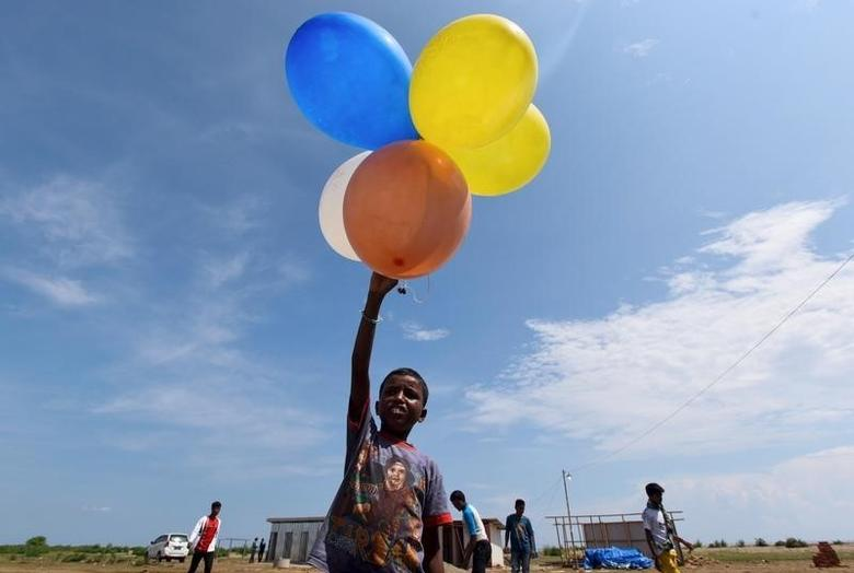 A Rohingya child plays with balloons at a temporary shelter in Kuala Cangkoi, Lhoksukon, Aceh province, Indonesia June 2, 2015 in this photo taken by Antara Foto. More than 4,000 Rohingya and Bangladeshis landed in rickety boats throughout Southeast Asia last month following a crackdown on human trafficking in Thailand.  REUTERS/Zabur Karuru/Antara Foto