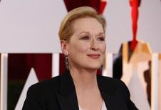 La actriz Meryl Streep, llegando a la ceremonia de entrega de los Premios Oscars 2015, en Hollywood, California, 22 de febrero de 2015. Un grupo de estrellas de Hollywood, que incluye a las actrices ganadoras de un Oscar Meryl Streep, Kate Winslet y Emma Thomson, ha expresado su apoyo a una petición que demanda que Amnistía Internacional rechace una propuesta para apoyar la despenalización del comercio sexual. REUTERS/Lucas Jackson