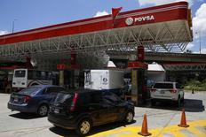 Una gasolinera de PDVSA en Caracas, ago 29 2014. La petrolera venezolana PDVSA solicitó formalmente a proveedores de crudo presentar ofertas para vender al país sudamericano hasta 70.000 barriles diarios de crudos dulces ultraligeros a través de contratos de uno a cinco años de duración, dijeron a Reuters posibles interesados.   REUTERS/Carlos Garcia Rawlins