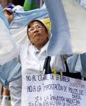 Foto de archivo de una protesta de trabajadores argentinos de una productora avícola en Buenos Aires en contra de las importaciones brasileñas, en la Plaza de Mayo, 10 de enero de 2002. REUTERS/Marcos Haupa