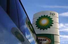Стела на АЗС BP в Лондоне. 15 января 2015 года. Прибыль британской нефтяной компании BP во втором квартале была ниже прогноза аналитиков из-за расходов, связанных с разливом нефти в Мексиканском заливе в 2010 году. REUTERS/Luke MacGregor