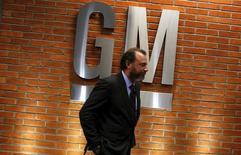 El presidente de General Motors, Dan Ammann, camina luego de una conferencia de prensa en Sao Paulo, 28 de julio de 2015. General Motors Co planea doblar sus inversiones en Brasil a 13.000 millones de reales (3.800 millones de dólares) hasta 2019 e introducir una nueva familia de vehículos al país, dijeron el martes ejecutivos de la automotriz estadounidense. REUTERS/Nacho Doce