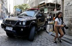 Carro da Polícia Federal deixa a sede da Eletronuclear no Rio de Janeiro nesta terça-feira. 28/07/2015 REUTERS/Sergio Moraes